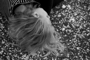 """Corpo, numa associação livre, me remete para coração; compasso; corte; casa. Dançar o corpo liga estas palavras, como uma bela teia: no compasso dos movimentos, o coração se dilata e contrai, é peso e ritmo, repetição e abertura. É também tempo e espaço, em que há um corte com o lado de fora, quando estou com os pés pousados num estúdio. Sinto que é uma nova configuração do meu eu, como se a areia da ampulheta deixasse de cair - o que caí é o meu corpo, com gosto. Esta """"casa"""" que é o meu corpo em movimento, tem sempre a porta aberta para quem quiser entrar: sensações: medos; pausas; toques; encontros com os outros que comigo partilham o prazer de dançar com a Sofia"""